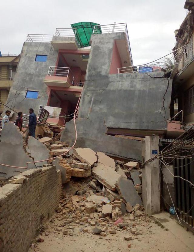 Ảnh: Động đất 7,9 độ richter rung chuyển Nepal, Ấn Độ - 1