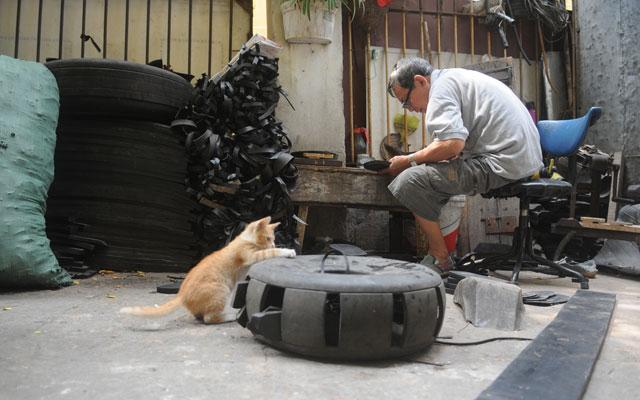 Những đôi dép lốp được làm thủ công, từ phá lốp, cho đến cắt gọt, làm đế, đóng quai được thực hiện tại một con ngõ nhỏ trên phố Nguyễn Biểu.