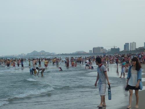 Du khách đổ về Đà Nẵng xem thi bắn pháo hoa quốc tế - 1