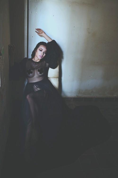 Yaya Trương Nhi khoe thân táo bạo trong bộ ảnh ma mị - 1