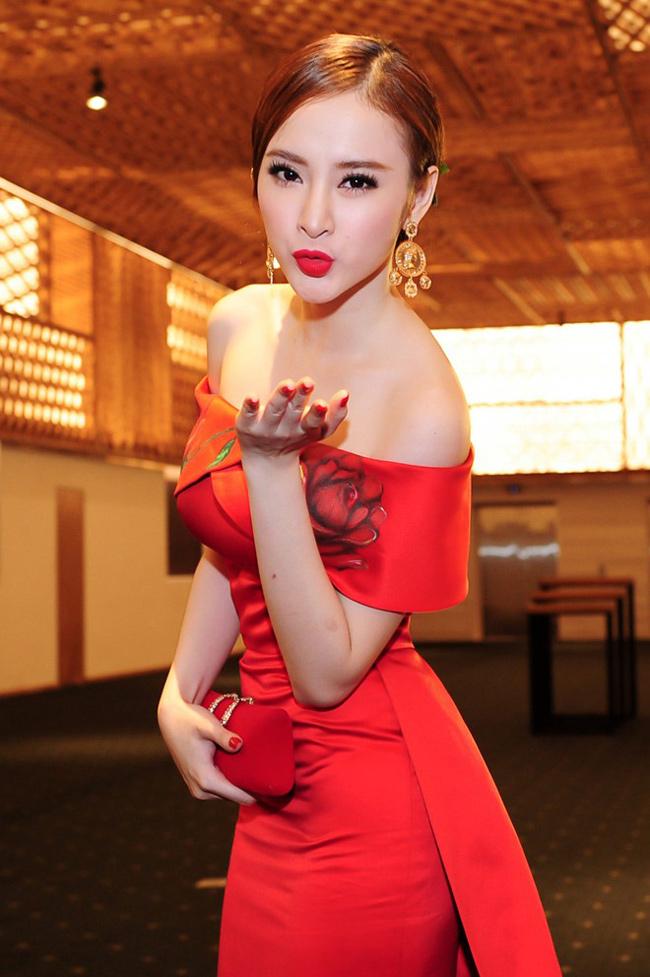 Trong một sự kiện giải trí, hot girl cũng diện đầm dạ hội khoe trọn bờ vai mịn màng