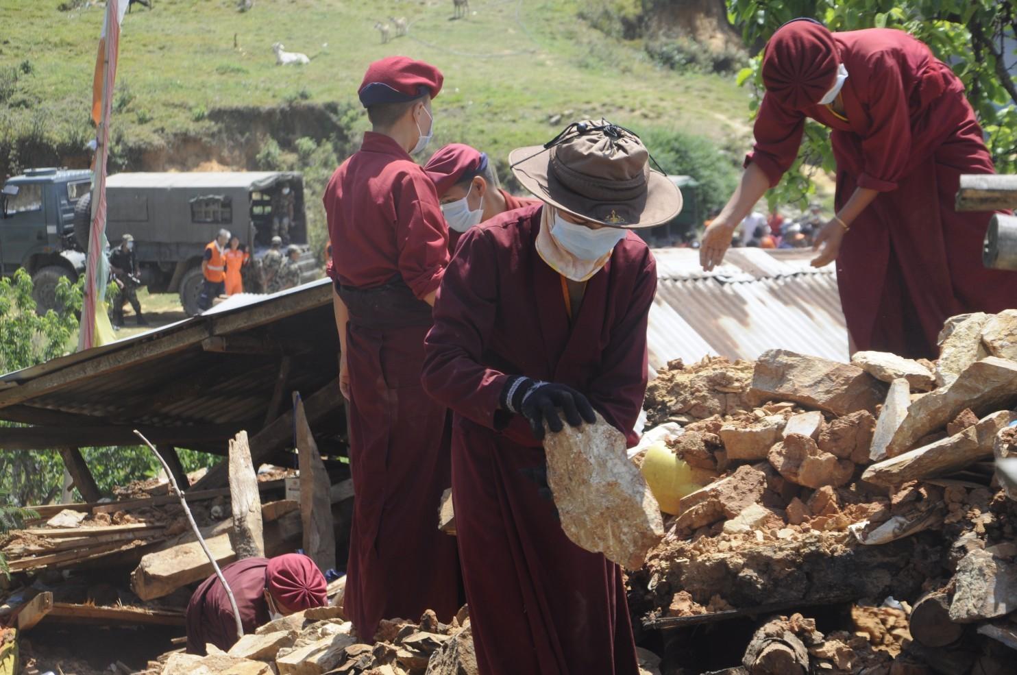 Nữ tăng Nepal dùng võ thoát động đất kinh hoàng - 1