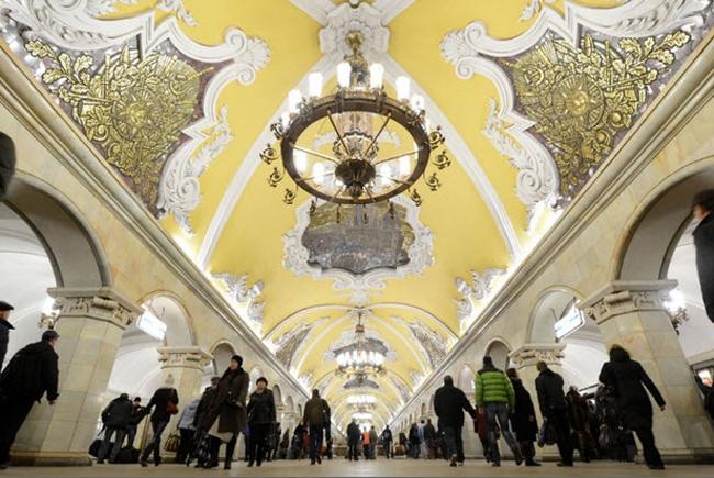 1.Ga tàu điện ngầm Komsomolskaya, Moscow, Nga:Ga được xây dựng vào năm 1935 với lốikiến trúcđộc đáo và ấn tượng. Bước vào ga tàu bạn sẽ có cảm giác như lạc vào một cung điện ở châu Âu những thế kỉ trước.