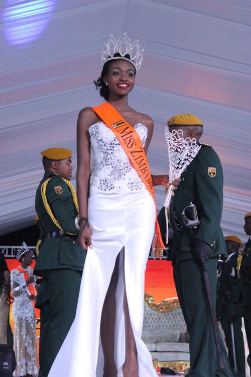 """Hoa hậu Zimbabwe lao đao vì bị lộ ảnh """"hư hỏng"""" - 1"""