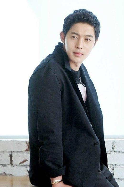 Mặc scandal, nghìn fan vẫn tiễn Kim Hyun Joong đi lính - 1