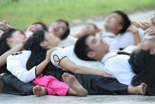 Bộ ảnh kỷ yếu gây tranh cãi của sinh viên trường y - 2