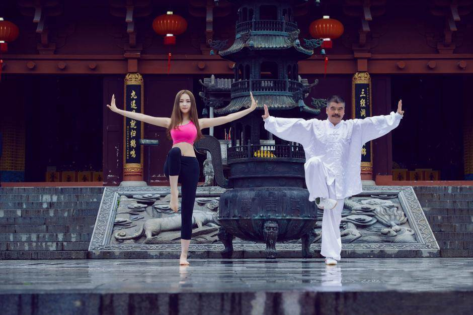 Hot girl bị ném đá vì mặc hở hang tập Yoga ở chùa - 1