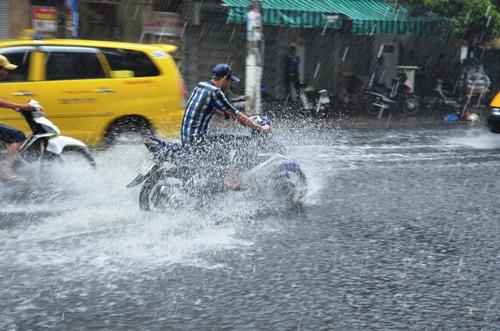 """Mưa """"giải nhiệt"""" Sài Gòn, nhiều tuyến đường ngập nước - 1"""