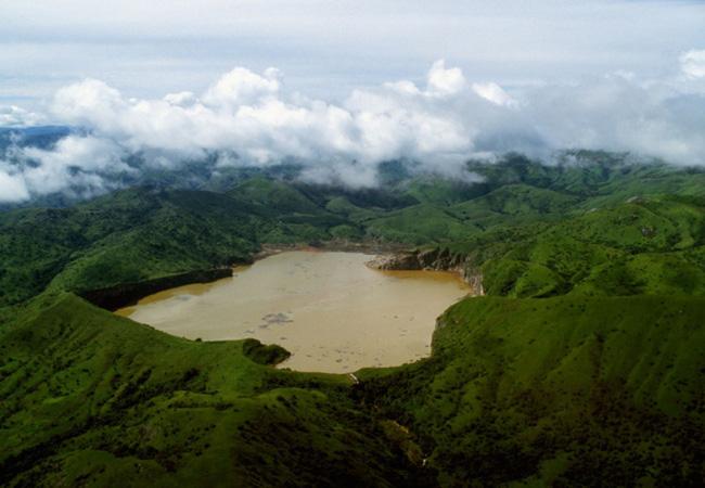 Dưới đáy hồ là một túi dung nham núi lửa kết hợp với khí carbon dioxide (CO2) tạo thành axit carbonic (H2CO3) gây nguy hiểm tới tính mạng