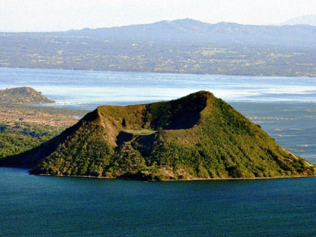 Dù nguy hiểm song hồ Taal vẫn thu hút một lượng lớn khách du lịch tới tham quan.