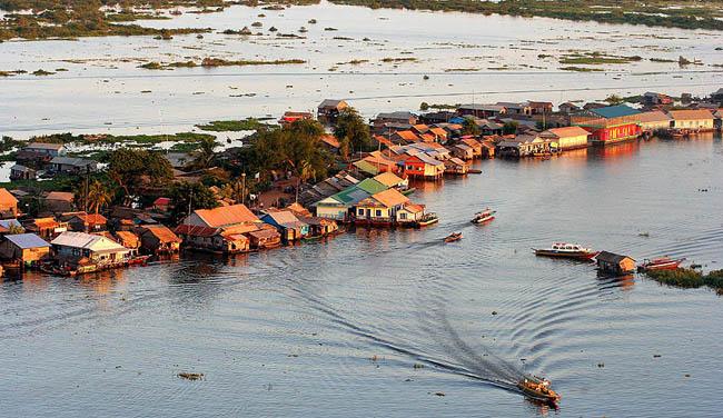 Trong mùa khô, nước sông Tonlé Sap chảy vào sông Mekong, nhưng trong mùa mưa dòng chảy của nước lại cực lớn do lượng nước đổ vào từ sông Cửu Long, tạo thành các hồ nước ngọt lớn nhất Đông Nam Á.
