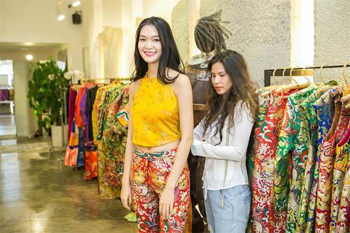 Hoa hậu Thùy Dung đẹp yêu kiều với áo yếm gấm - 1