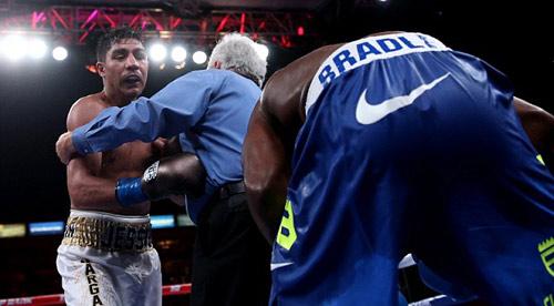 Boxing: Ngã ngửa với quyết định lạ của trọng tài - 1