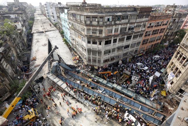 Sập cầu vượt ở Ấn Độ chết 20 người: Lỗi tại Chúa? - 1