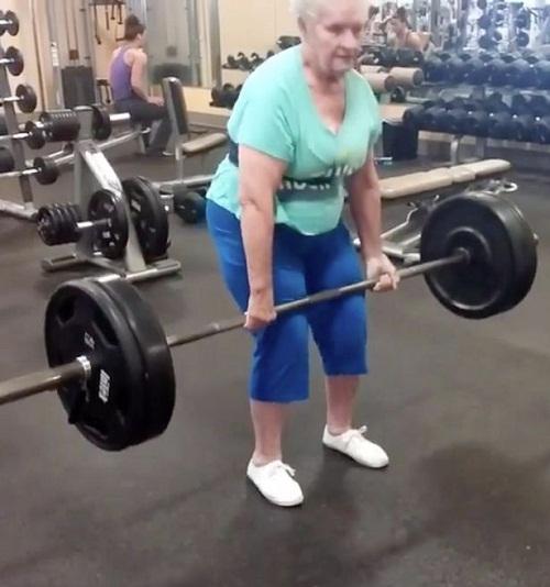 Kinh ngạc cụ bà 78 tuổi nâng tạ nặng 102kg - 1