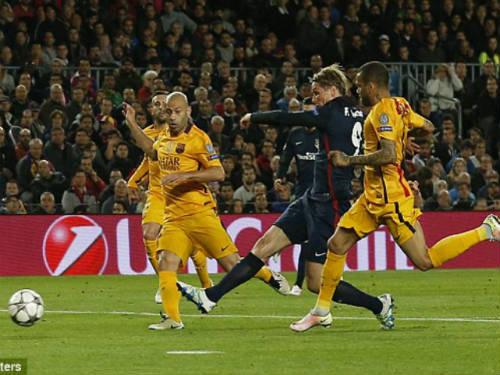"""10 phút, Torres sút tung lưới Barca và """"ăn"""" thẻ đỏ - 1"""