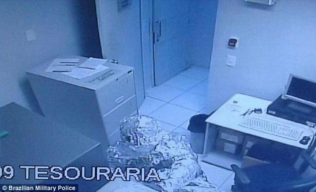 """Brazil: Hai tên trộm """"tàng hình"""" trước hệ thống báo động - 1"""