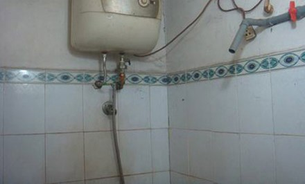 Mẹ và con trai bị điện giật tử vong trong nhà tắm - 1