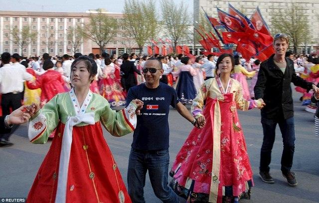 Ảnh: Dân Triều Tiên lũ lượt ra đường mừng sinh nhật lãnh tụ - 1