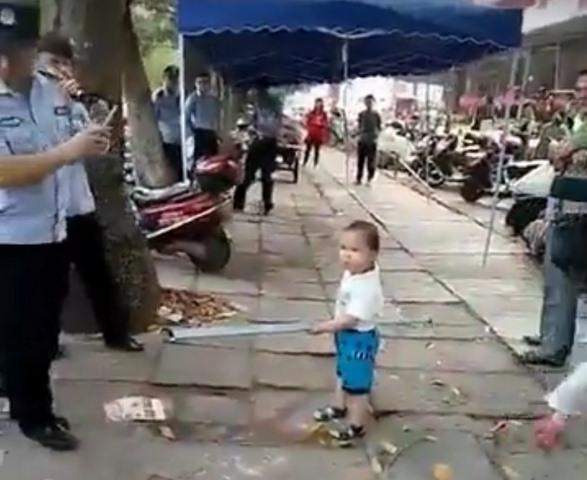 TQ: Cậu bé 3 tuổi vác gậy sắt cương quyết bảo vệ bà - 1