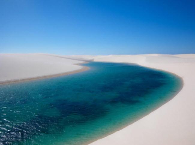 Những hồ nước nằm giữa các cồn cát trong vườn quốc gia Lençóis Maranhenses ở Brazil thu hút rất đông du khách vào thời điểm từ tháng 7 đến tháng 9 hàng năm.