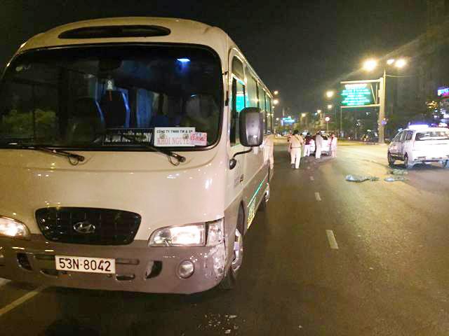 Chạy ngược chiều gây tai nạn, tài xế bị dân vây đánh - 1