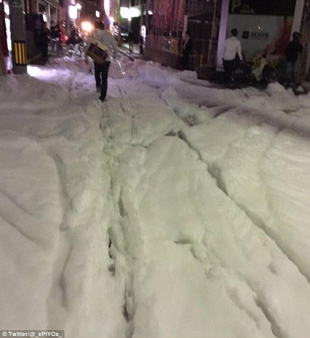 Bọt lạ phủ kín đường phố Nhật Bản sau động đất - 1