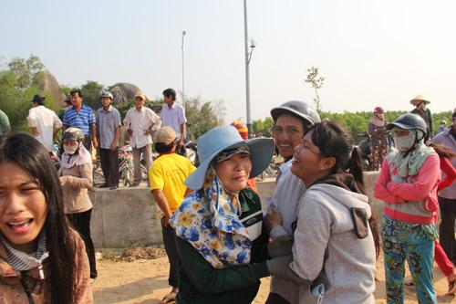 9 HS chết đuối ở Quảng Ngãi: Đường làng trắng khăn tang - 1