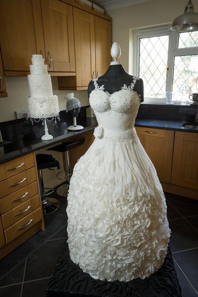 Chiếc váy cưới tuyệt đẹp được làm bằng bánh nặng tới 70kg. Nhìn lung linh nhưng các cô dâu lại không thể mặc được trang phục này.
