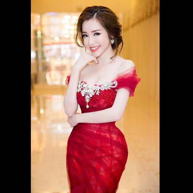 """Elly Trần là hot girl tiên phong cho phong cách gợi cảm, sexy. Côđược mệnh danh là """"hot girl ngực khủng""""."""