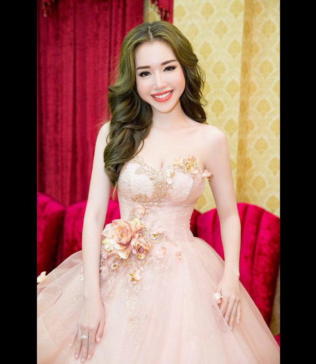 Hành trình thay đổi nhan sắc của Elly Trầnkhiến không ít người phải ngỡ ngàng. Cô từ một hot girlhữu những đường nét khá thô, làn da sạm trở thành bà mẹ xinh đẹp, sexynhất nhì showbiz.