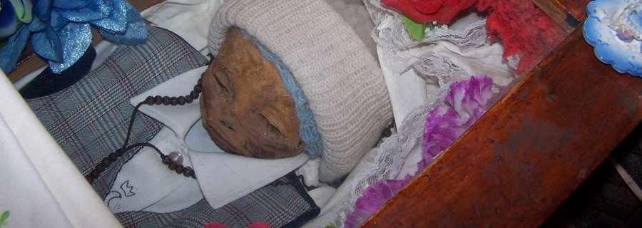 Ly kỳ xác bé trai 1 tuổi liên tục bật nắp sau 7 năm chôn cất - 1