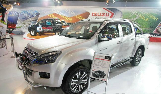 Mức giá trên được rất nhiều đại lý phân phối của Isuzu ở Ấn Độ xác nhận. Một đại lý ở Mumbai cho biết mức giá 12.49 lakhs (khoảng 417 triệu đồng) là mức giá khởi điểm của mẫu xe bán tải 4 cửa cao cấp Isuzu D-Max V-Cross.