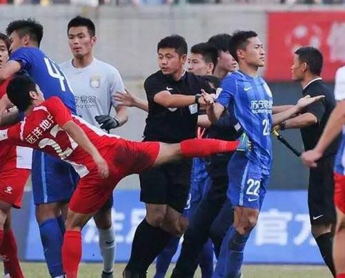 Bóng đá Trung Quốc: CLB của Ramires bị đánh hội đồng - 1