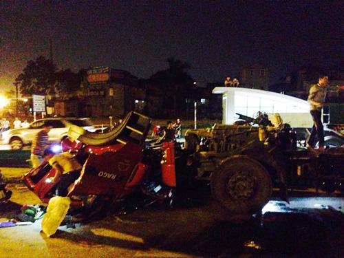 Dừng đèn đỏ, xe đầu kéo bị dầm thép chở theo đè bẹp - 1