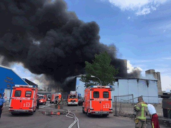 """""""Chợ Đồng Xuân"""" ở Berlin cháy dữ dội, khói trùm trời - 1"""