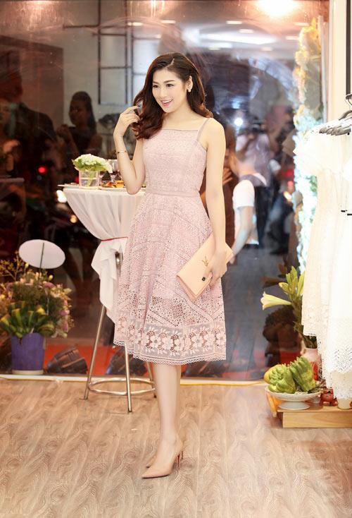 Á hậu Tú Anh mặc váy ren cotton dự sự kiện thời trang ở HN - 1