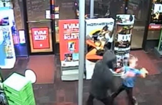 Mỹ: Cậu bé 7 tuổi dùng gấu bông đánh đuổi cướp có vũ khí - 1