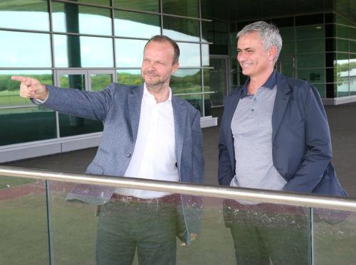 """MU: Mourinho nhận """"quà"""" đặc biệt ngày đầu tới MU - 1"""