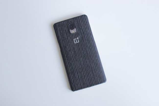 Hãng này cũng cung cấp một loạt tấm ốp lưng dành cho OnePlus 3 với giá 25 USD. Đây là vỏ ốp màu mơ đen