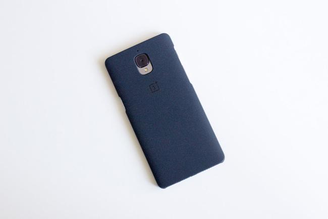 Theo nhà sản xuất thông báo, OnePlus 3 sẽ có giá khác nhau tùy theo thị trường, cụ thể tại Hoa Kỳ mức giá là 400 USD (khoảng 8.8 triệu đồng), người dùng tại Châu Âu cần phải chi 400 EUR (khoảng 9.9 triệu đồng).