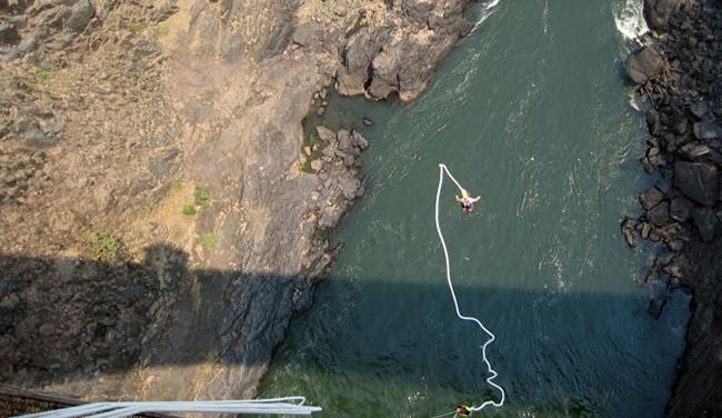 Nhảy ở cầu Victoria bạn sẽ rơi tự do trong khoảng 80m rồi trước khi Bungee kéo bạn ngược trở lại. Nếu không tính toán kỹ càng bạn có thể va vào đá, hoặc nếu đối mặt với cá mập dưới sông.