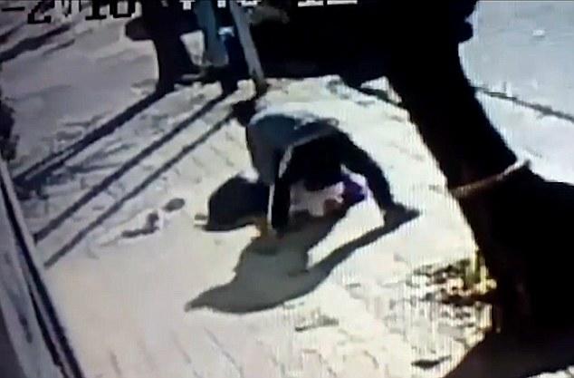 Video: Mẹ kịch chiến với kẻ bắt cóc con trên phố vắng - 3