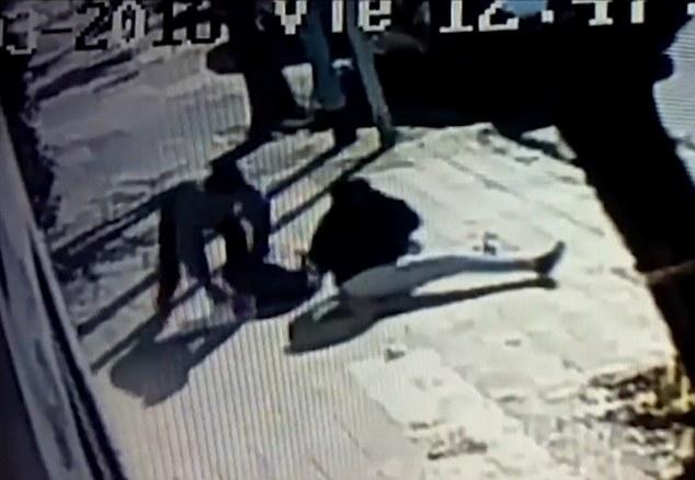 Video: Mẹ kịch chiến với kẻ bắt cóc con trên phố vắng - 4
