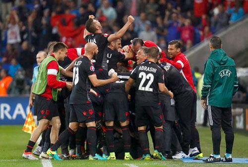 Video hot EURO 20/6: CĐV Albania ăn mừng như vô địch - 1