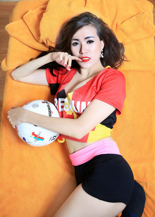 """Hot girl """"ngực khủng"""" Mai Thỏ khoe dáng nuột cỗ vũ Euro - 7"""