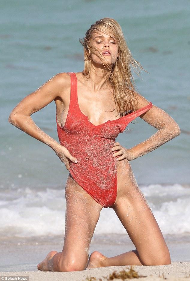 Thêm một mẫu nữ mặc áo tắm hở hông tuyệt đẹp - 1