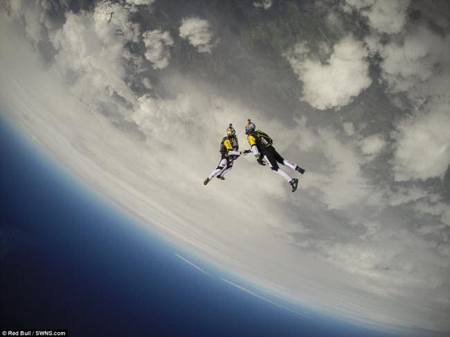 Hai kẻ liều lĩnh Fred Fugen và Vincent Reffet mạo hiểm nhảy dù từ độ cao 10.000m trên bầu trời nước Áo trong khi tập luyện chuẩn bị cho giải Ultimate Skydiving Combo.