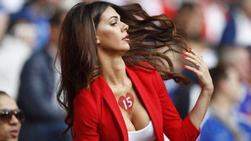 Vợ của cầu thủ Thụy Sĩ gây chú ý vì quá đẹp và sexy - 10
