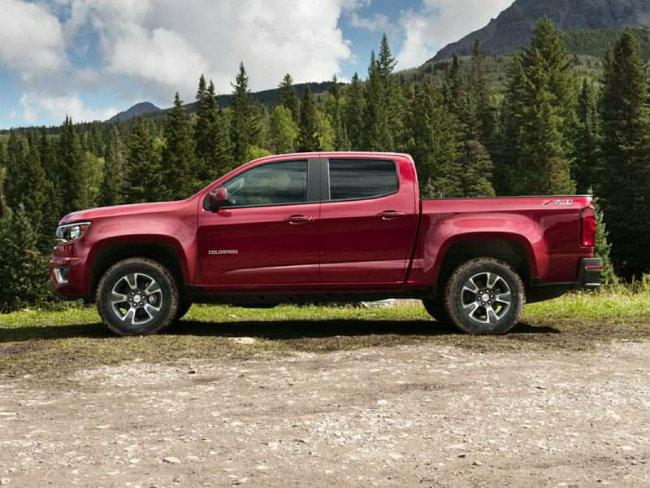 2016 Chevrolet Colorado là thế hệ xe bán tải tầm trung mới của GM làm thỏa mãn yêu cầu của khách hàng khi dễ dàng lái. Xe có nhiều điểm khác với Chevy Silverado và từng được nhận giải xe bán tải của năm với phiên bản Colorado 2016 mới chạy bằng diesl. Trên xe được trang bị nhiều công nghệ như kết nối Wi-Fi, điện thoại thông minh, sạc điện thoại không dây và tính năng an toàn công nghệ cao như cảnh báo va chạm trước, cảnh báo chệch làn đường.